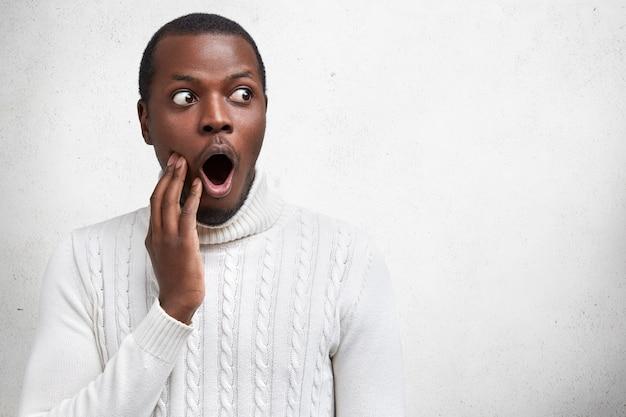 Wauw, dat is ongelooflijk! verbaasd verbaasd afrikaans amerikaans mannelijk model drukt grote verrassing uit