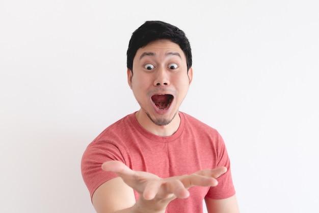 Wauw en geschokt gezicht van grappige aziatische man op wit.