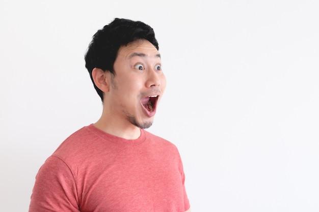 Wauw en geschokt gezicht van grappige man geïsoleerd op een witte achtergrond.