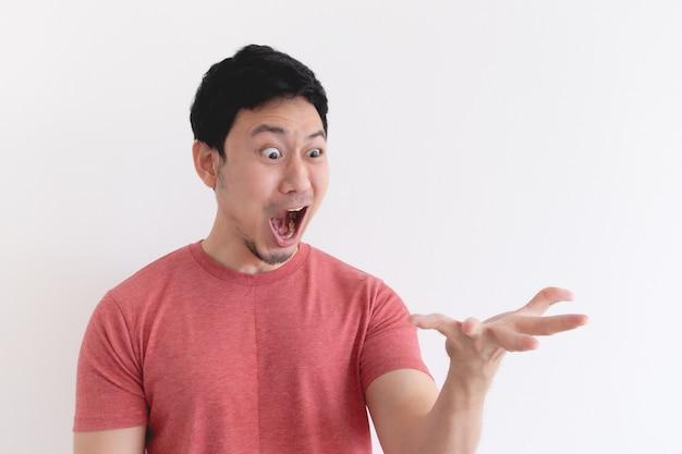 Wauw en geschokt gezicht van grappige man geïsoleerd op een witte achtergrond