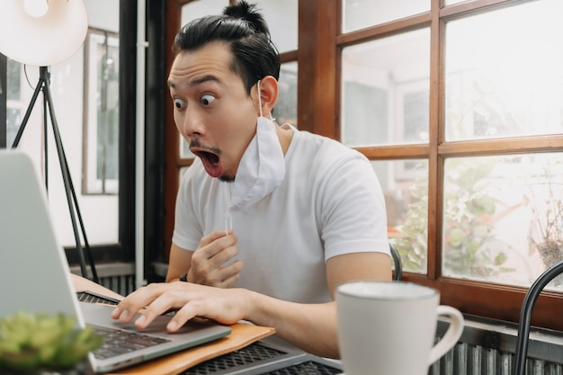 Wauw en verrast gezicht van man werk met zijn laptop