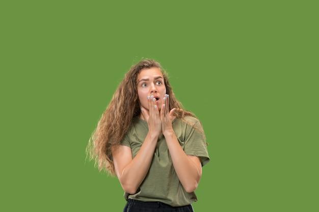 Wauw. mooi vrouwelijk half-lengte voorportret dat op groen wordt geïsoleerd