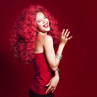 Wauw vrouw met ongelooflijk weelderig haar. portret van mooie jonge vrouw met rood haar