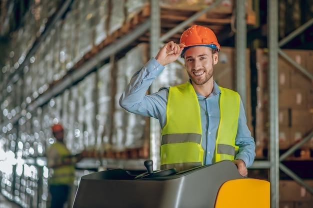 Wawarehouse werknemer met helm