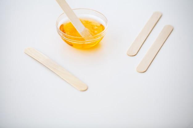 Waxen. instellen voor epileren van verschillende middelen voor epileren. verwijderen van ongewenst haar. moderne epilator, wasstrips, scheermes. minimalistisch, bovenaanzicht