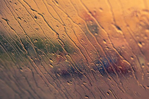 Wazig abstracte voertuig rijden in de zware regenval.