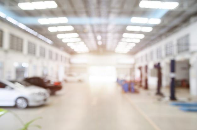 Wazig auto reparatie station met meer dan licht op de achtergrond.
