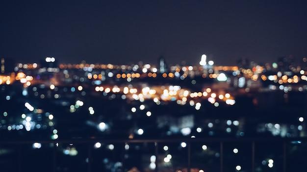 Wazig beeld achtergrond van uitzicht op de stad in de nacht met bokeh effect