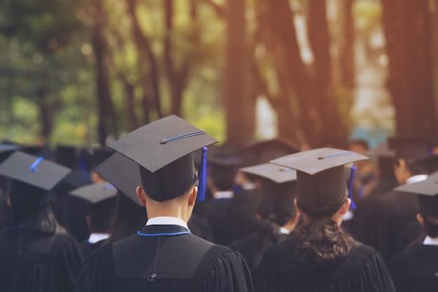 Wazig beeld achterkant, het afstuderen van de student tijdens aanvangssucces afgestudeerden van de universiteit, felicitatie conceptonderwijs. afstudeerceremonie, feliciteerde de afgestudeerden op de universiteit