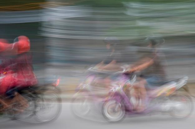 Wazig beeld van mensen rijden op motorfietsen in bali