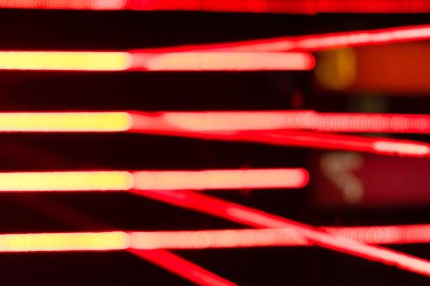 Wazig beeld van rode lichtlijnen 's nachts