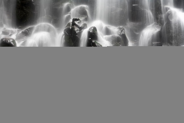 Wazig beweging waterval spatten over rotsen