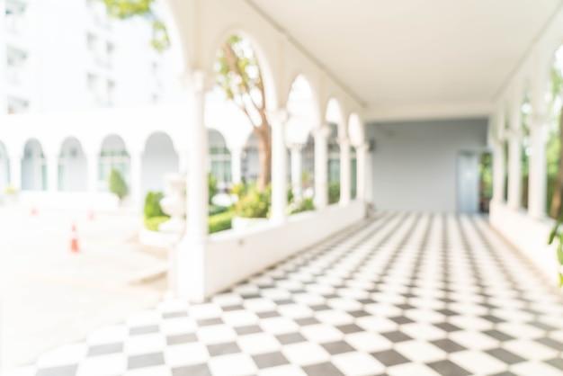 Wazig binnenaanzicht uitkijken naar lege kantoor lobby en toegangsdeuren