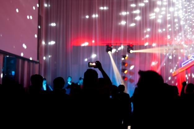 Wazig concept op concert feest met publiek en kleurrijke led-verlichting.