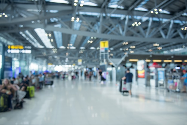 Wazig de passagiersstoel op de luchthaven tijdens het wachten op de vlucht