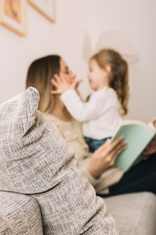 Wazig dochter en moeder lezen en plezier maken