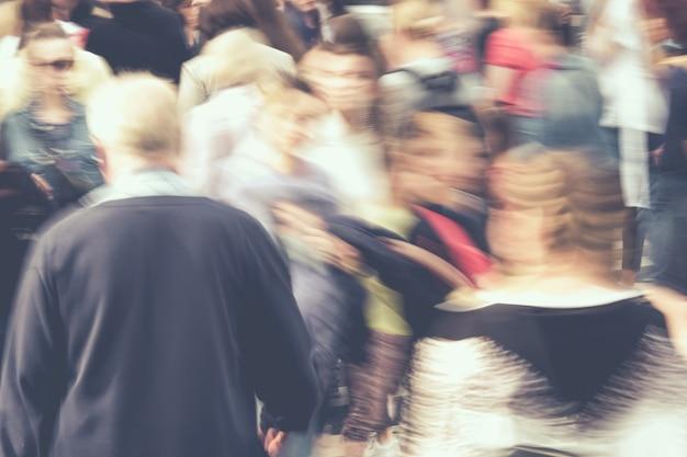 Wazig druk stadsverkeer van mensen in de zomer