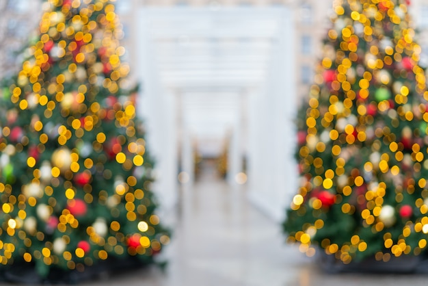 Wazig feestelijk versierde mooie takken van een kerstboom.