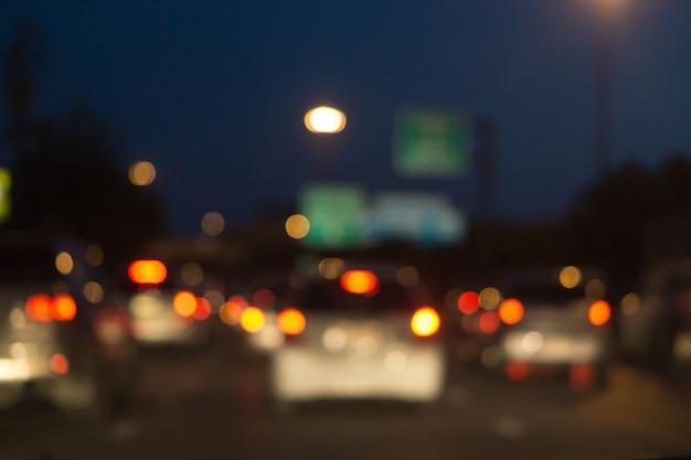Wazig fotolicht van verkeersauto op de stadsstraat, abstracte onduidelijk beeld bokeh achtergrond
