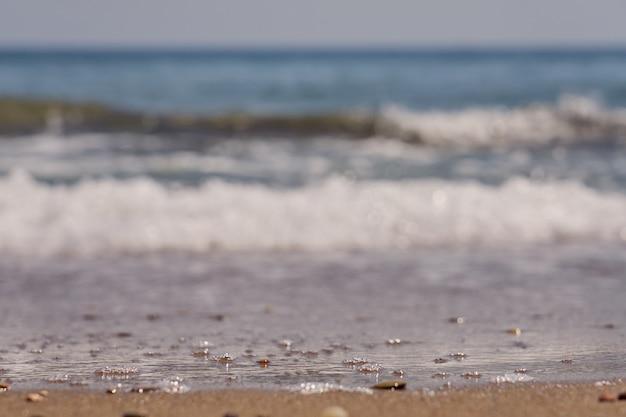 Wazig golven met schuim op de egeïsche zeekust in kreta griekenland.