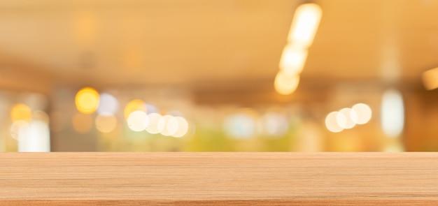 Wazig interieur van luxe restaurant panoramische achtergrond en vintage houten aanrecht tafel
