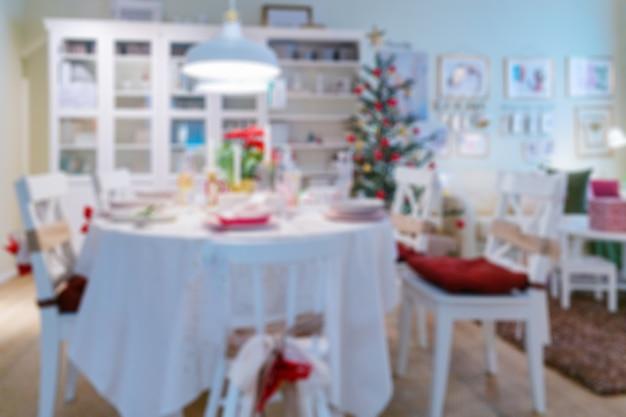 Wazig kerst achtergrond in de kamer. kerstboom in het interieur van het appartement.