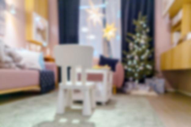 Wazig kerst interieur van een kinderkamer met een kerstboom