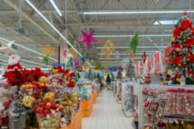Wazig kerst interieur van een moderne supermarkt