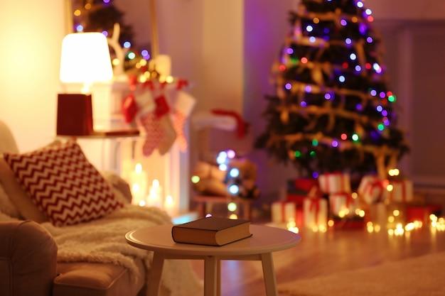 Wazig kerstboom op woonkamer