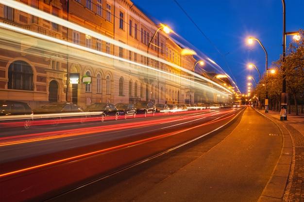 Wazig licht paden van de praagse tram. praag, tsjechië