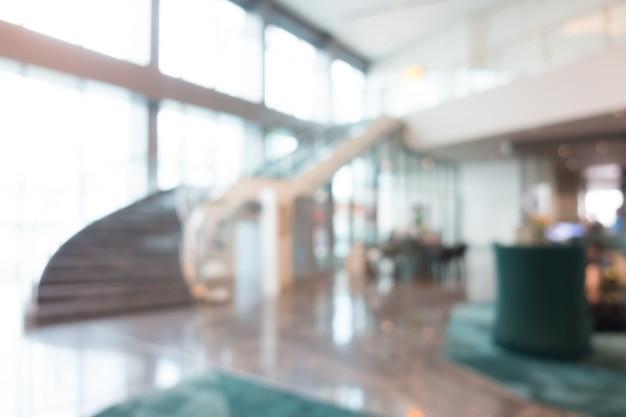 Wazig lobby met trappen