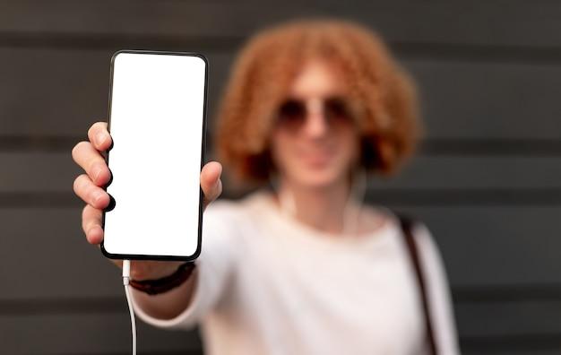 Wazig man smartphone met leeg scherm tonen