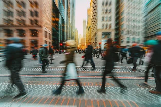 Wazig menigte van onherkenbare zakenmensen lopen op zebrapad in de spits