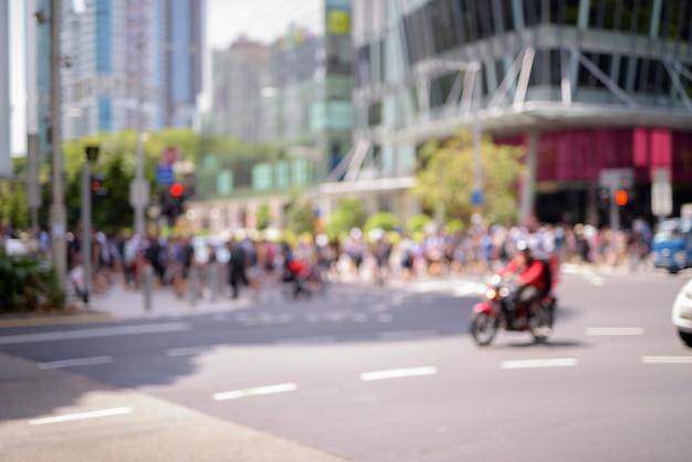 Wazig mensen lopen in singapore stad aan orchard road in horizontaal schot