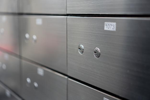 Wazig metalen kluis paneelwand. concept voor sucurity en bankbescherming.
