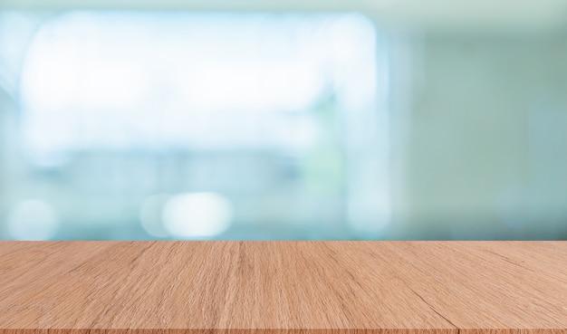 Wazig moderne interieur badkamer achtergrond met bruin houten tafelblad voor show, advertenties, ontwerp