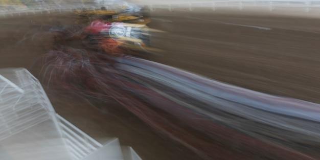 Wazig motie van chuckwagon racen op de jaarlijkse calgary stampede, calgary, alberta, canada