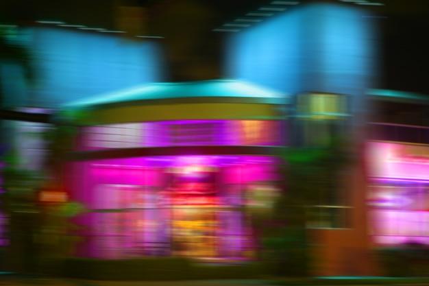 Wazig nacht kleurrijke lichten in miami beach