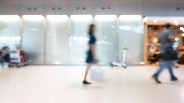 Wazig passagiers in de luchthavenhal