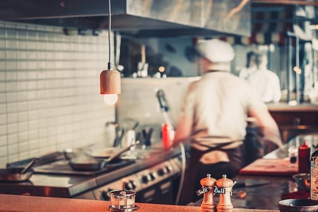Wazig restaurant interieur met zout en peper op tafel