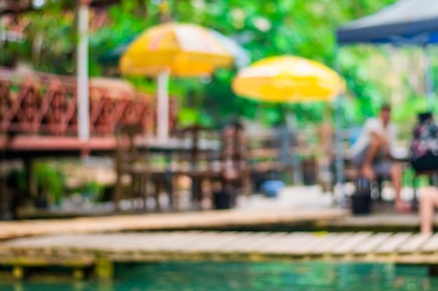 Wazig restaurantbeeld dat bij waterval blijft