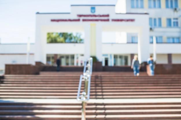 Wazig schot van de ingang van de universiteit