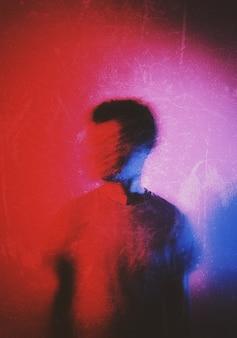 Wazig silhouet van een man die opzij kijkt
