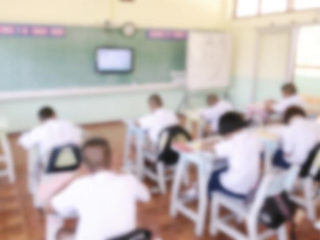 Wazig studenten in de klas bestuderen zichzelf van televisie.