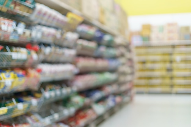 Wazig supermarkt snack op de planken bij de supermarkt.