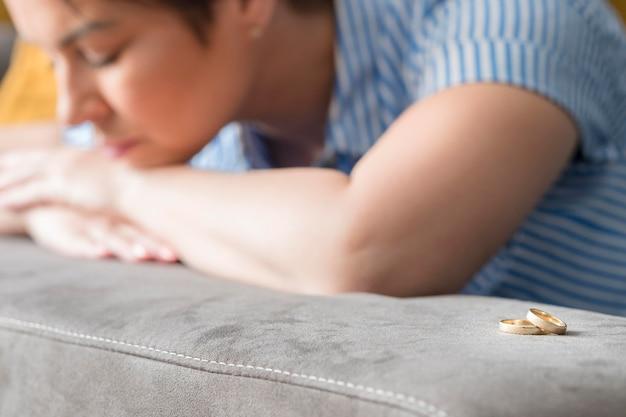 Wazig triest vrouw met trouwringen