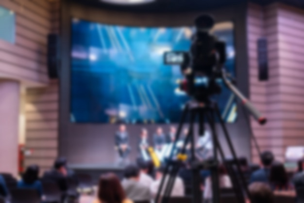 Wazig van vergaderzaal met camera