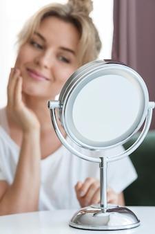 Wazig vrouw in de spiegel kijken