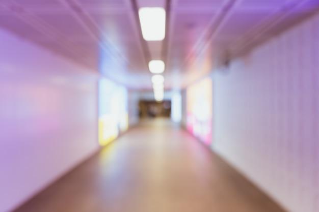 Wazig wandelpad met fel kleurrijk licht