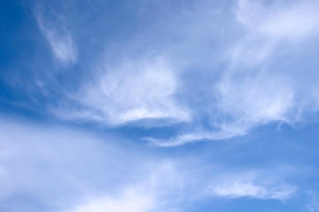 Wazig witte wolken aan de hemel.